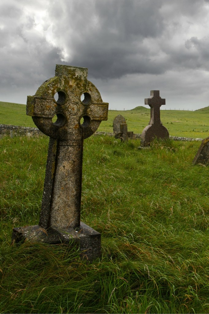 How to Throw a Wicked Halloween Party | Graveyard Scene | confettiandbliss.com